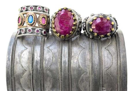osmanisch: drei Ottoman Stil Vintage Ringe auf ein Grunge Silber Armband.