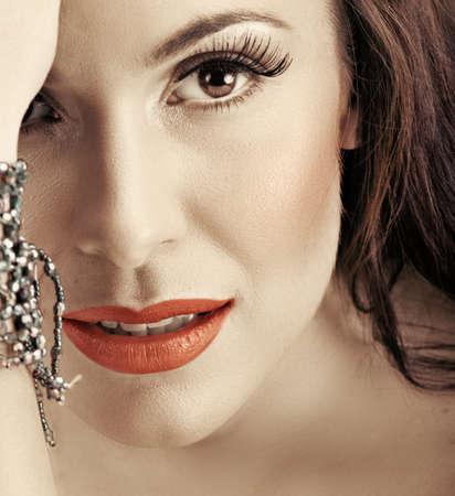 rote lippen: sch�ne Frau mit roten Lippen und lange falsche Wimpern l�chelnd mit Vertrauen.