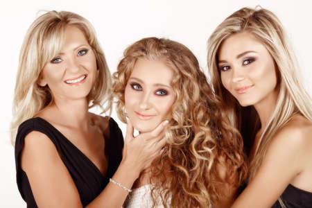 deux générations de femmes : mère dans sa quarantaine avec une belle chez les adolescentes et les jeunes adultes filles avec des coiffures différentes. Famille de la vie réelle.