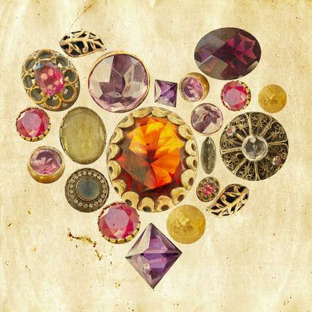 gemmes et pierres précieuses, disposés en forme de c?ur sur fond de papier grunge Banque d'images