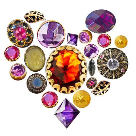 piedras preciosas: piedras preciosas en oro y bronce aislado en una forma de coraz�n sobre fondo blanco.
