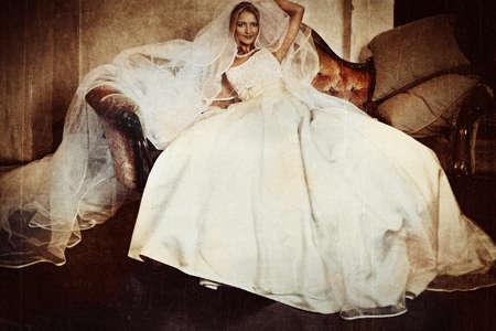 hermosa novia con gran velo y seda vestido sobre fondo de grunge con detalle de la textura de la boda. Foto de archivo