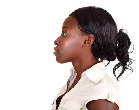 perfil de mujer rostro: joven empresaria afroamericana, vistiendo camiseta ligera mirando en perfil aislado en blanco con la copia de cpace Foto de archivo