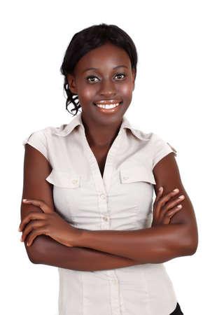jeune souriant femme de nouveaux affaires africains-américain portant chemise légère à la recherche avec les bras croisés