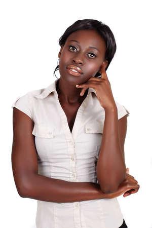 mujeres pensando: joven empresaria afroamericana, vistiendo camiseta ligera mirando con la mano en su rostro aislado en blanco