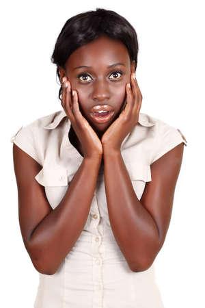boca abierta: Empresaria de j�venes afroamericana sosteniendo su rostro en las manos con la boca abierta en estado de shock, aislado en blanco. Foto de archivo