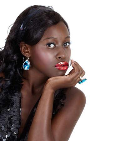 aretes: hermosa mujer afroamericana con la brillante moda maquillaje y cabello largo rizado vistiendo sequin top y venda.