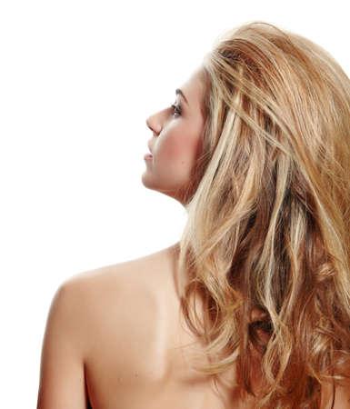 femme de maquillage naturel magnifique avec des cheveux blonds long en gros coiffure de dos à la recherche de profil isolé sur fond blanc Banque d'images