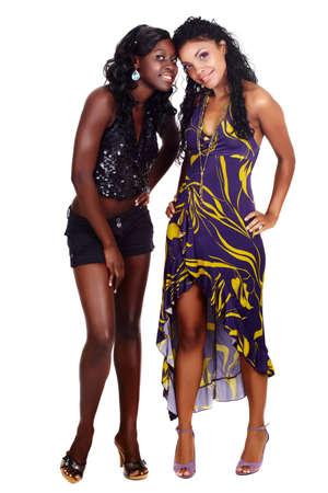 deux heureuses afro-américaine beautiful girl amis en robe de parti et shorts isolés sur fond blanc