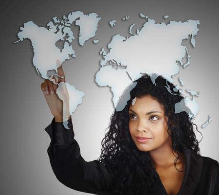 continente americano: Mujer apuntando en el mapa