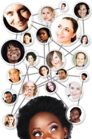 Jeune femme africaine avec ses amis sur les réseaux sociaux et les partenaires d'affaires dans un diagramme