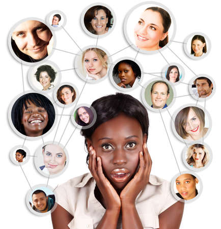 Choqué crier jeune femme africaine d'affaires américains avec ses amis de réseaux sociaux et des partenaires d'affaires dans un diagramme