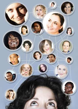 jeune femme caucasien dans son 30s avec ses amis de réseaux sociaux et les partenaires commerciaux dans un diagramme