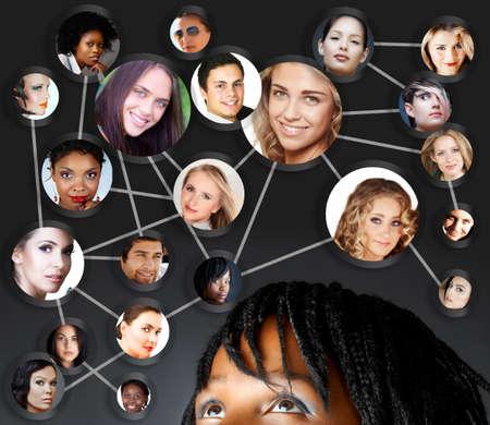 Jeune femme africaine avec ses amis du réseau social et des partenaires d'affaires dans un diagramme Banque d'images