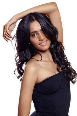 mooie vrouw met lange zwarte krullend haar, gebruinde huid en natuurlijke make-up op witte achtergrond. Stockfoto - 10012061