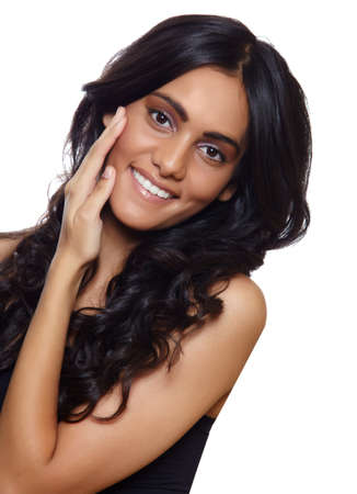 belle femme aux cheveux frisé long black, tannées peau et le maquillage naturel sur fond blanc. Banque d'images
