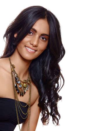 belle femme aux cheveux frisé long black, tanné de peau et maquillage naturel sur fond blanc Banque d'images