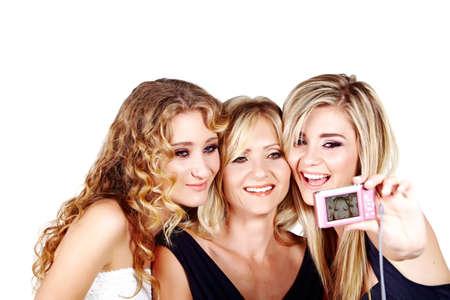 Belle mère et les filles de maquillage et coiffure blond longtemps heureux ensemble sur une image de prise de fond blanc studio avec appareil photo numérique Banque d'images - 10012705