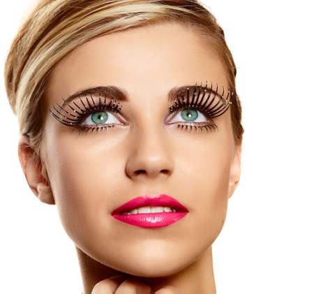 hermosa joven rubia cara closeup vogue largas pestañas y lápiz labial rosa brillante - textura de la piel naturalmente hermosa