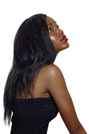 loose hair: Ritratto di bella donna giovane sudafricana con lunghi capelli sciolti e labbra rosse luminose, indossando il corsetto nero su sfondo bianco.