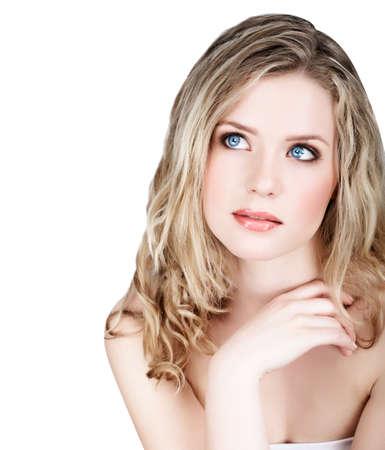 Portrait de jeune femme blonde beaux cheveux frisés longs et maquillage fraîche naturel et atelier sur fond blanc