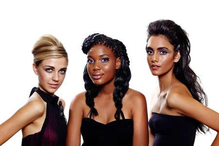 modelos negras: Tres hermosas mujeres de diferentes razas con diferentes peinados maquillaje y moda sobre fondo blanco. Centrarse en el Rubio