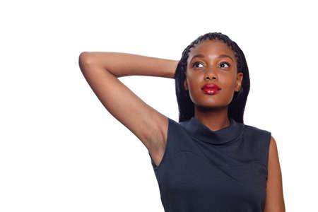 so�ando: Mujer de negocios estadounidense tiene su brazo detr�s de su cabeza y sue�o mientras buscar sobre fondo blanco con espacio de copia
