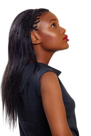 femme regarde en haut: Africains femme d'affaires am�ricaine � la recherche dans le profil sur fond blanc