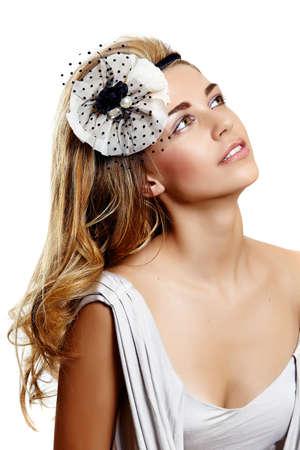 portrait de jeune femme portant des serre-tête beau mariage vintage sur cheveux frisés longs et souriant par-dessus son épaule