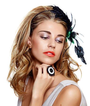 portrait de jeune femme portant le bandeau de belles plumes vintage sur cheveux frisés longs