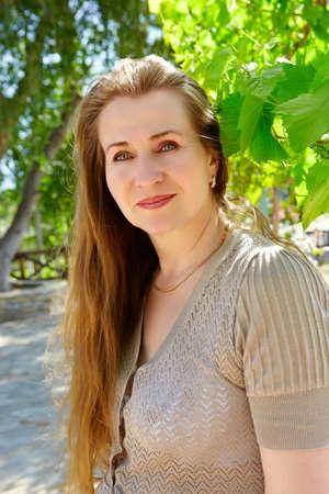 pelirrojas: Hermosa mujer en los a�os 50 con pelo largo rojo disfrutando de verano soleado d�a en la granja Foto de archivo
