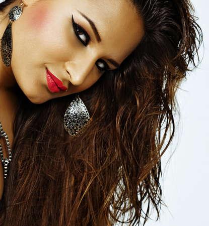 belle femme heureuse latine avec la peau bronzage et lumineux d'été de maquillage avec du rouge à lèvres rose et eyeliner porter de longs cheveux mouillés
