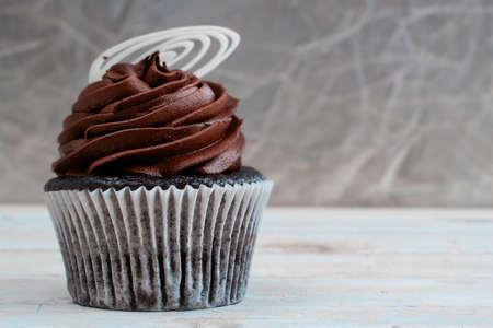 Petit gâteau de chocolat avec un glaçage à la crème au chocolat Mousse sur fond de bois grunge avec espace de copie Banque d'images - 10811794