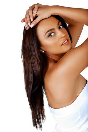 Belle jeune femme italienne avec le maquillage naturel et de longs cheveux bruns sur fond blanc.