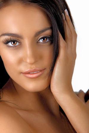 belle italienne femme bronzée jeune avec la main les cheveux maquillage naturel et à long tenant à côté de son visage