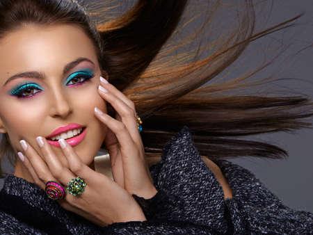 belle jeune Italien oman avec la mode make-up lumineux sourire avec les cheveux dans le vent. Banque d'images