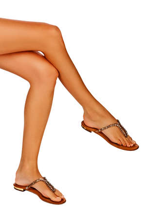 Primer plano de una mujer piernas j�venes curtidos en el fondo blanco del estudio Foto de archivo - 12868117