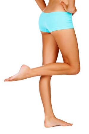 dos de femme bronzée jeune corps magnifique et sportive taille fine - isolé sur blanc habillée en bleu de sous-vêtements de style short