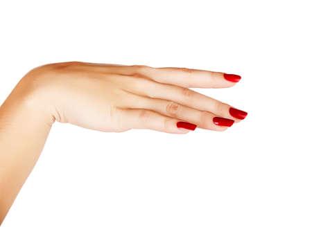 uñas largas: Primer plano de la mano de una mujer joven con la manicura largo de color rojo en las uñas contra el fondo blanco Foto de archivo