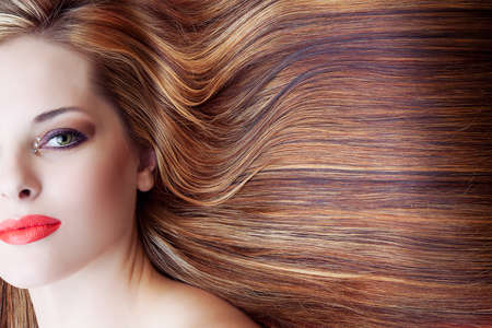 pelo castaño claro: hermosa mujer con maquillaje artístico y largo fondo marrón pelo brillante Foto de archivo