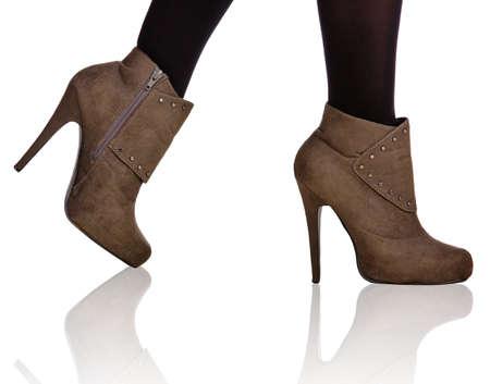 close-up de femme, les jambes en bas noirs portant des bottes en daim à talon haut sur Banque d'images