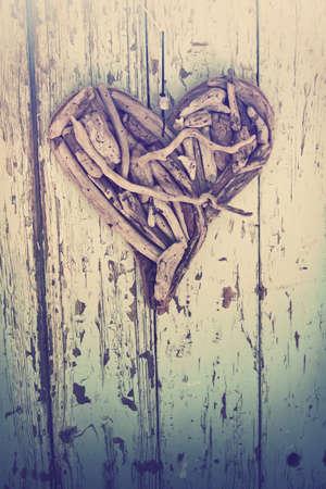 vieux c?ur en bois flotté sur fond mur en bois vintage.