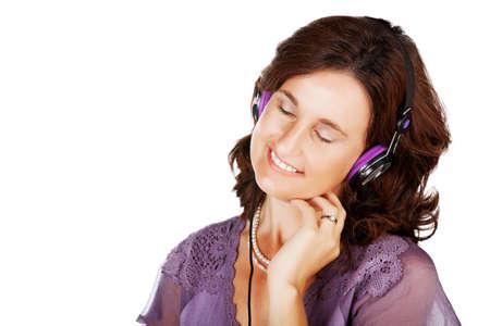 Portrait d'une femme heureuse dans son 30s écouter de la musique avec des écouteurs sur fond blanc avec espace pour le texte Banque d'images - 14683754