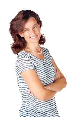 Belle jeune femme dans son 30s debout avec les mains croisées sur fond blanc et portant haut avec des rayures et des jeans