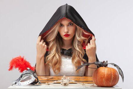 Halloween witch calls spirits. Halloween party art design. Banque d'images