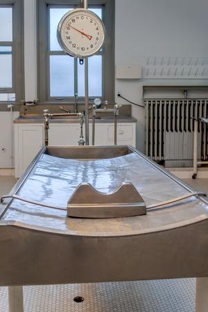 テーブルと窓と x 線の遺体安置所の規模 写真素材