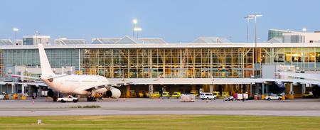 乗客のサービスには近代的な空港の建物品質と修飾航空機航空機の技術的なメンテナンスの準備 写真素材