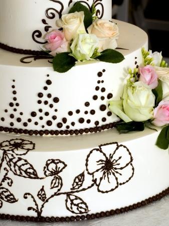 Close-up details van prachtige gedifferentieerd wedding cake met bloemen