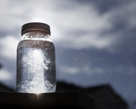 太陽の光で満ちている石工瓶 写真素材