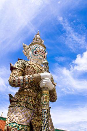 壮大な宮殿でカラフルなタイの伝統的な仏 写真素材